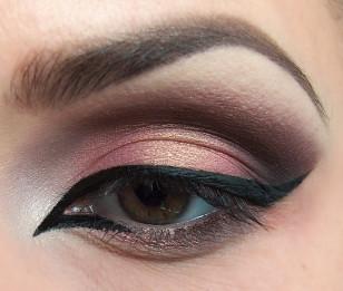 Czas na najtrudniejszy element makijażu – wodoodpornym eyelinerem narysuj mocną kreskę na górnej powiece, wyciągając ją dosyć wysoko w zewnętrznym kąciku oraz zarysowując zewnętrzny kącik oka dbając o to, aby krawędzie były czyste i ostre. Kreskę w wewnętrznym kąciku pociągnij na dolnej powiece mniej więcej do 1/3 powieki.