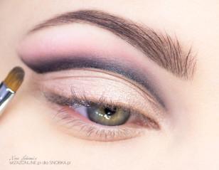 Rozetrzyj granice eyelinera.
