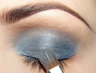 Wewnętrzny kącik pokryj błękitnym cieniem i porządnie rozetrzyj granice między cieniami.