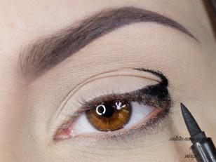 Czarnym eyelinerem w pisaku rysuję łuk, który będzie stanowił naszą bazę, zaznaczam dodatkowo dolną powiekę (Eyeliner Stylo Oriflame)