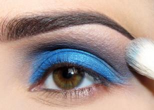 Pogłębiam spojrzenie oraz odrobinę 'uspokajam' niebieski dodając dość ciemny matowy brąz, rozcierając do góry.
