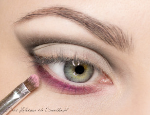 Along the lower lid, apply a strong, matte, purple shadow, Sam inner corner gently Accentuate pale, powdery pink.