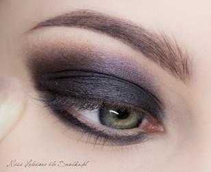 Granice cienia rozetrzyj na linii załamania przy użyciu średniego fioletu z paletki.