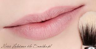 By makijaż utrzymywał się na ustach dłużej, pudruję delikatnie wargi sypkim pudrem.