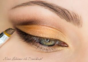 Linię rzęs podkreśl brązowym eyelinerem w żelu.