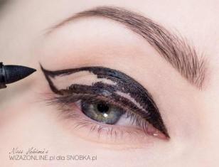 """Następnie obrysuj załamanie powieki i wykonaj """"szpic"""" w zewnętrznym kąciku oka."""
