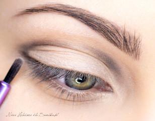 Rozpocznij malowanie konturu makijażu. Ja użyłam w tym celu cienia w kolorze chłodnego brązu.