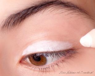 Na powiekę nakładam bazę pod cienie. Makijaż zaczynam od pokrycia całej ruchomej powieki, aż po załamanie, białą, matowa kredką.