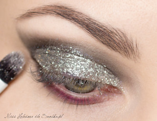 Dip the brush into the liquid increases the adhesion of glitter, get glitter on it and gently apply to the moving part of the upper eyelid.
