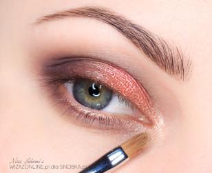 Wewnętrzny kącik oka rozświetl cieniem w kolorze szampana.