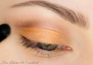 Załamanie powieki podkreśl średnio-brązowym cieniem i dokładnie rozetrzyj jego granice.