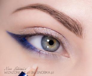 Linię wodną w oku pomaluj w zewnętrznym odcinku kobaltową kredką, a w wewnętrznym cielistą.