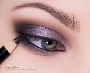 Linię wodną w oku pomaluj czarną kredką i przyciemnij nią dodatkowo linie rzęs.