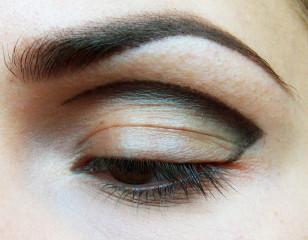 Rozetrzyj kreskę ku dołowi, łącząc koniec kreski z zewnętrznym kącikiem oka.