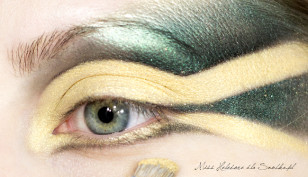 Całą ruchomą powiekę, oraz dolna linię rzęs, pokrywam intensywnym, żółtym złotem.