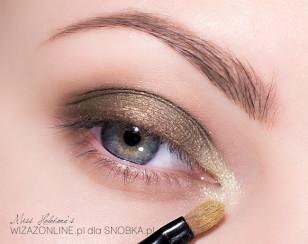 Wewnętrzny kącik oka rozświetl jasno-złotym cieniem. Nałóż go wilgotnym pędzelkiem.