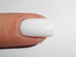 Po nałożeniu bazy pomaluj płytkę dwoma warstwami białego lakieru