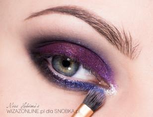 Wewnętrzny odcinek dolnej powieki pomaluj kobaltowym pigmentem. Linię wodną w oku rozjaśnij cielistą kredką.
