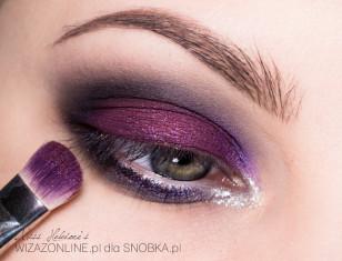 Na górną powiekę nałóż nieco purpurowego pigmentu, a następnie na niego dodaj odrobinę fioletowego brokatu.