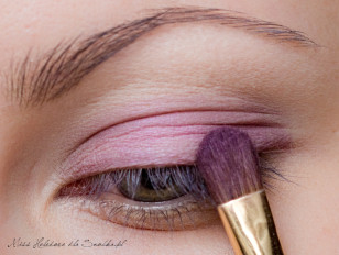 Na górną powiekę, od linii rzęs, aż po załamanie, nakładamy jasny perłowy odcień fioletu, wpadającego w róż.