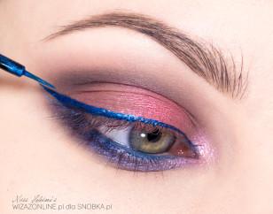 Wzdłuż linii rzęs namaluj kreskę przy użyciu intensywnie niebieskiego, metalicznego eyelinera.