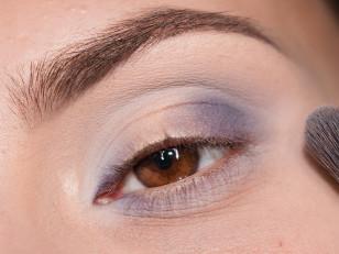 Granicę cienia rozcieram jasnym błękitem, dodaję go również na resztę dolnej powieki