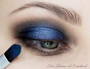 Na środek powieki górnej nałóż mocny, metaliczny niebieski kolor i rozetrzyj jego granice, by zmieszał się z czernią w zewnętrznym i wewnętrznym kąciku oka.