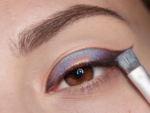 Używając fioletowo-niebieskiego opalizującego pigmentu wypełniam wolną przestrzeń, zostawiając odrobinę miejsca dla kolejnego pigmentu na środku powieki