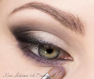 Aby całość nie pozostawała zbyt szara, pokryj dolną powiekę połyskującym, fioletowym cieniem.