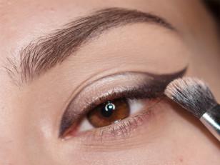 By zwiększyć intensywność opalizujących pigmentów na środek dodaję odrobinę błyszczącej bazy