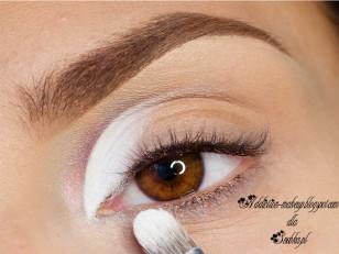 Eyeliner utrwalam białym cieniem (Zoeva Retro future Galaxy)