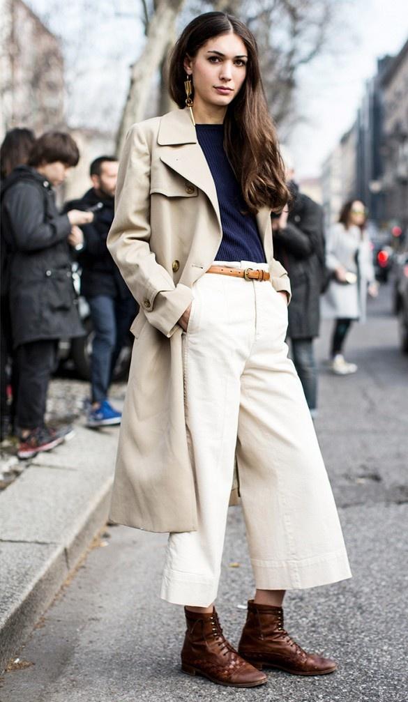 1.Dwa neutralne elementy: trencz i spodnie w podobnym odcieniu, tworzą elegancką, choć niebanalną całość.