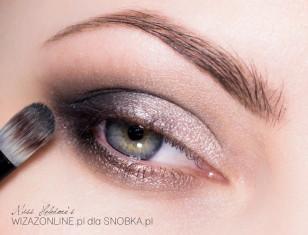 Dodaj nieco brązu w załamenie powieki - to ładnie wymodeluje oko.