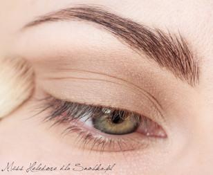 Cieniuję załamanie powieki, przy użyciu średniego, matowego brązu. Cieniowanie przeciągam od zewnętrznego do wewnętrznego kącika oka.