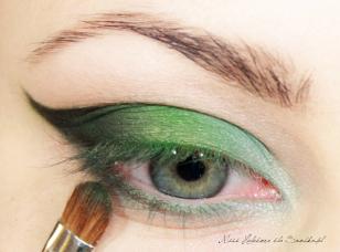 Dolną powiekę w zewnętrznej połowie zaznaczam ciemną zielenią zmieszaną z czernią, a wewnętrzny kącik podkreślam jasnym, niebiesko-zielonym cieniem z odrobiną białej perły.