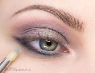 Następnie dodaj nieco skrzącego, morskiego cienia na wcześniej nałożony fiolet - sprawi to, że makijaż będzie miał wiele kolorów, w zależności od światła.
