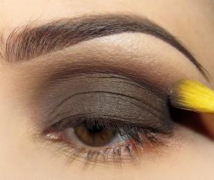 Na eyeliner nakładam 2 odcienie brązu – w wewnętrznym kąciku jaśniejszy, wpadający w szarość, a na zewnętrzny – dość chłodny średni brąz