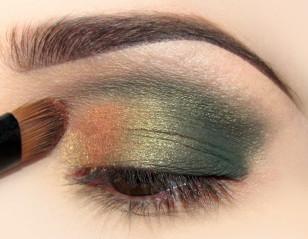 Na zewnętrzną część oka aplikuję perłowy pomarańczowy cień opalizujący na złoto. Zacieram porządnie granicę pomiędzy kolorami.