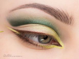 Wzdłuż linii rzęs namaluj kreskę przy użyciu cienia na mokro, bądź brązowego eyelinera. Pozostaw przerwę między dolną a górną kreską. Następnie w tę luke nałóż limonkowy cień w kremie.