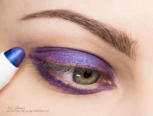 Na powiekę nałóż fioletową kredkę - będzie ona bazą pod cienie.