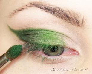 Kierując się w stronę wewnętrznego kącika, nakładam na górną powiekę jasnozielony cień i rozcieram granice z ciemną zielenią.