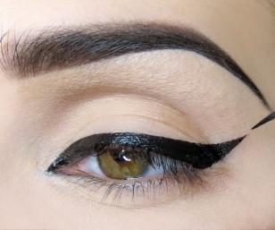 Wzdłuż linii rzęs maluję dość grubą kreskę żelowym eyelinerem