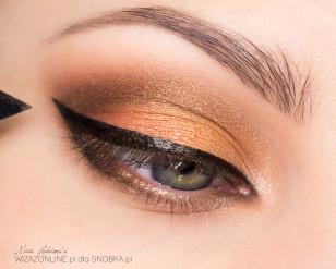 Wzdłuż górnej linii rzęs namaluj grubą kreskę przy użyciu czarnego eyelinera.