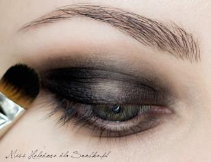 Na ruchomą część powieki górnej nałóż czarny cień, który ma płynnie przechodzić we wcześniej nałożóny brąz.