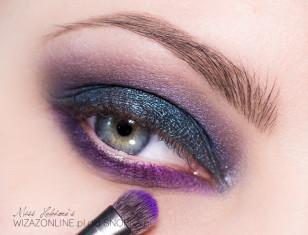 Wewnętrzny kącik oka na dolnej powiece podkreśl intensywnym fioletem.