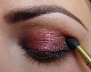 Wewnętrzny i zewnętrzny kącik oka przyciemnij delikatnie czarnym cieniem.