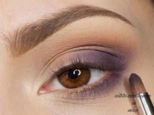 Zewnętrzny kącik delikatnie przyciemniam ciemniejszym fioletem (MUG Purple Rain)