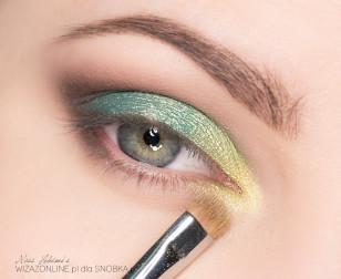 Wewnętrzny kącik oka rozświetl żółtym złotem.