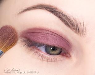 Podkreśl brwi. Na powieki nałóż bazę pod cienie, a następnie pokryj ruchomą część powieki górnej śliwkowo-różowym cieniem..