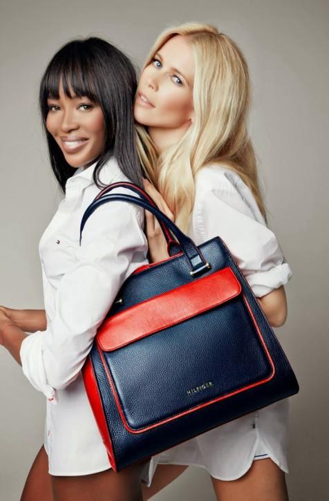 Naomi Campbell i Claudia Schiffer z torebką Tommy Hilfiger walczą z rakiem piersi